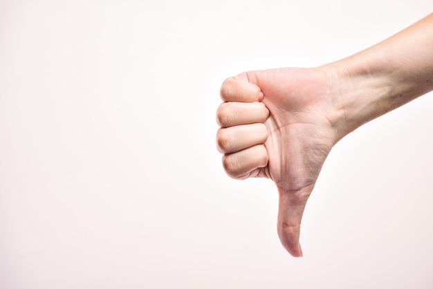 Weibliche hand zeigt abneigungszeichen