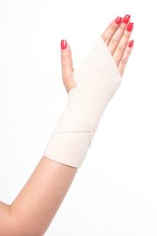 Weibliche handgelenke der atelieraufnahme gebunden mit einem elastischen verband