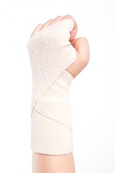 Weibliche handgelenke mit einem elastischen verband gebunden