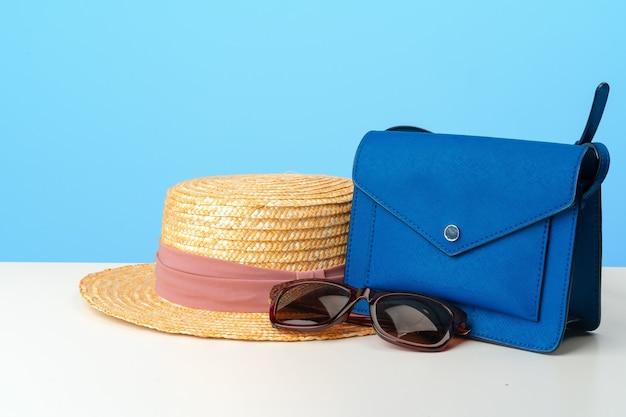 Weibliche handtasche mit zubehör flach lag draufsicht