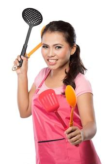 Weibliche hausfrau bereit zu kochen