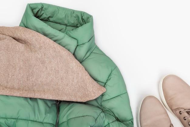Weibliche herbstkleidung mode lederstiefel warmer strickschal und helle daunenjacke