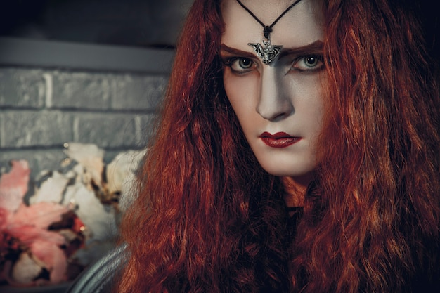 Weibliche hexe halloweens bereitet sich für das festival der toten vor