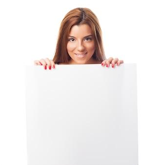 Weibliche holding großes stück papier