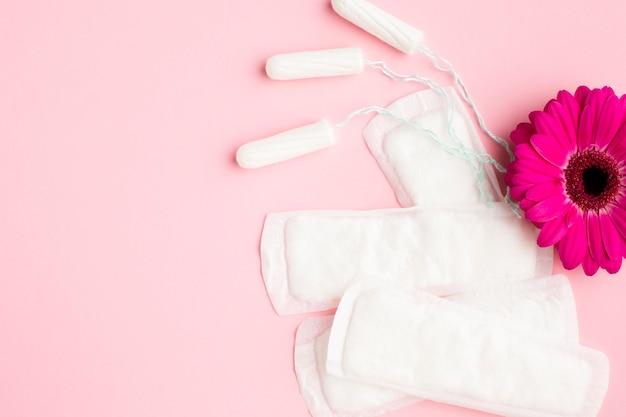 Weibliche hygieneartikel und blumen