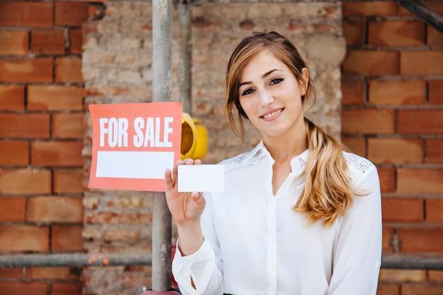 Weibliche immobilienmakler auf der baustelle
