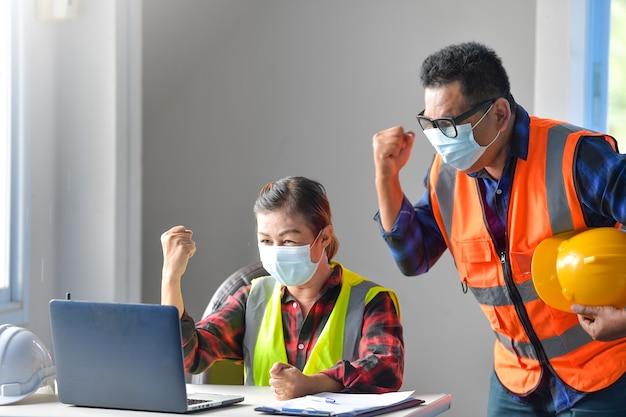 Weibliche inspektoren und architekten diskutieren mit dem chefingenieur über das bauprojekt. multiethnische gruppe von ingenieuren, die sich in der vorabendzeit auf der baustelle treffen