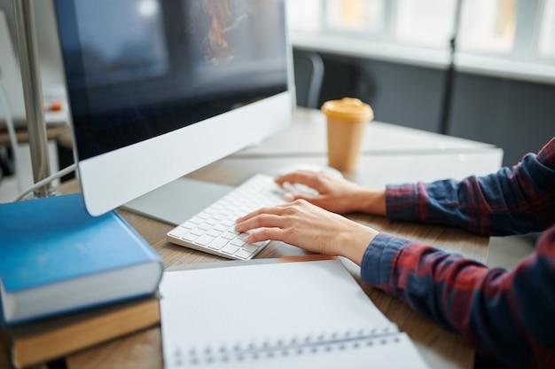 Weibliche it-spezialistin hände auf tastatur im büro. webprogrammierer oder designer am arbeitsplatz, kreativer beruf. moderne informationstechnologie, unternehmensteam