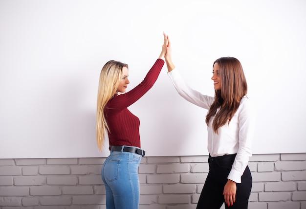 Weibliche kollegen im büro zusammenarbeiten.