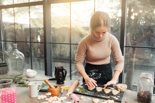 Weibliche konditorin, die an der küche kocht, hausgemachte küchenzubereitung