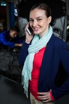 Weibliche kunden auf dem handy sprechen
