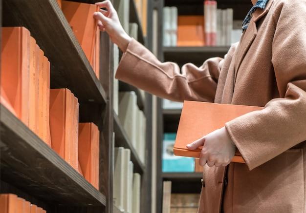 Weibliche kunden lesen in der bibliothek