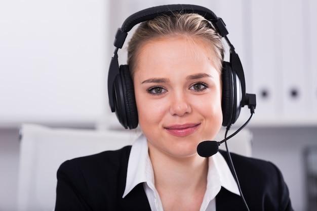 Weibliche kundenbetreuung telefon-betreiber am arbeitsplatz