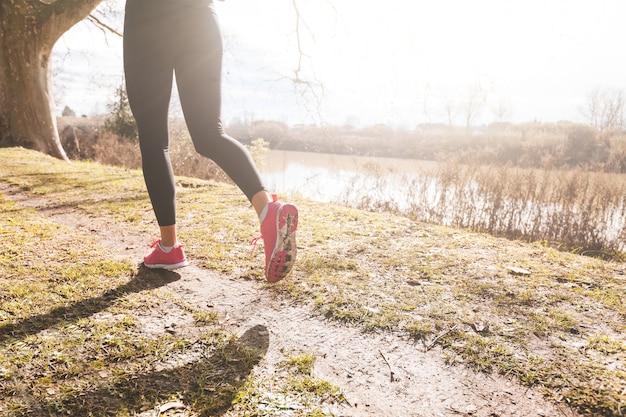 Weibliche läufer-bein-nahaufnahme auf weg nicht für den straßenverkehr.