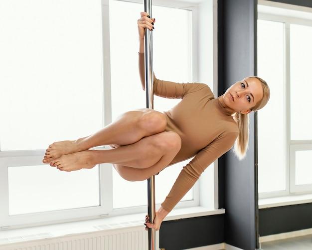 Weibliche leistung auf pole dance
