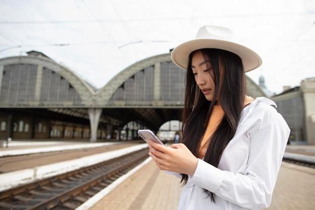 Weibliche lokale reisende, die ihr telefon überprüfen