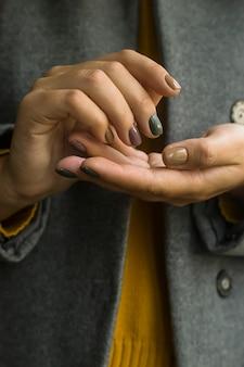 Weibliche maniküre des herbstes mit verschiedenen modischen farben