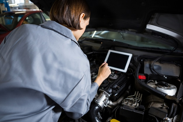 Weibliche mechaniker ein diagnosewerkzeug