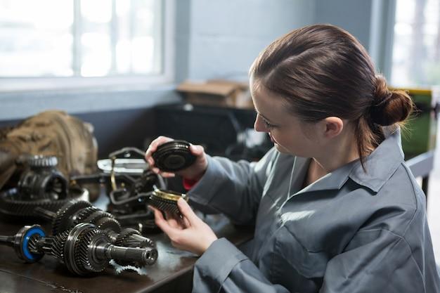 Weibliche mechaniker ersatzteile der autohalte