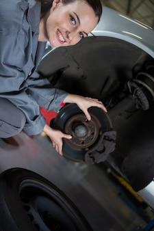 Weibliche mechaniker fixierung auto bremse