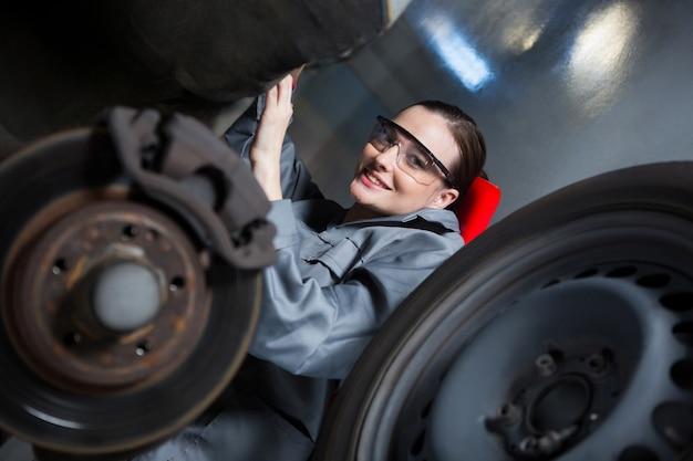 Weibliche mechaniker reparatur eines autos