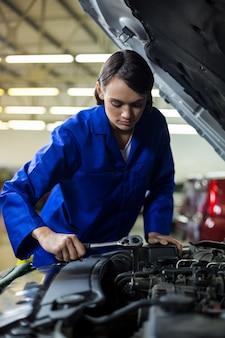 Weibliche mechaniker wartung eines autos