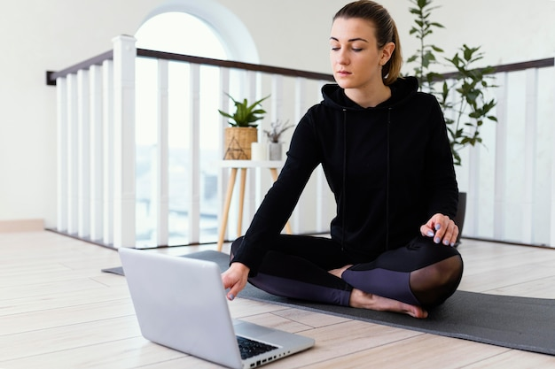 Weibliche meditierende innen