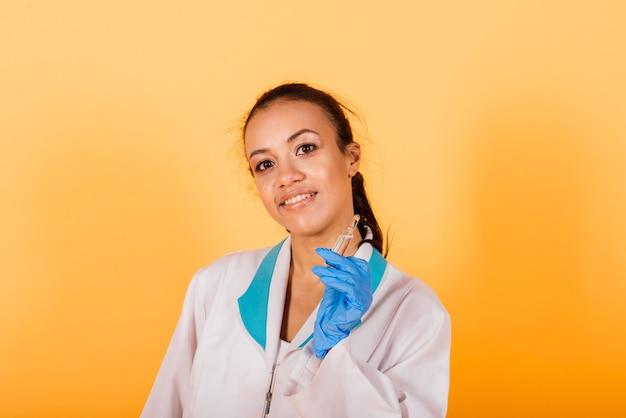 Weibliche medizinische wissenschaftlerin forscherin hält eine spritzeninjektion, stichimpfung, heilungsentdeckung