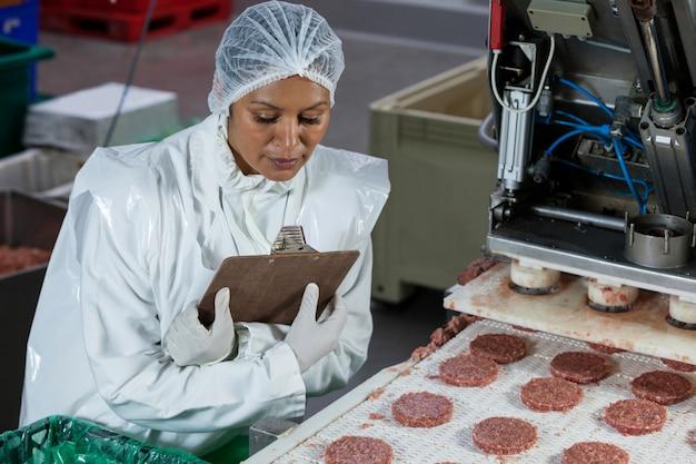 Weibliche metzgerverarbeitung hamburgerpastetchen