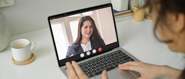 Weibliche mitarbeiter videokonferenz mit ihrem unternehmer während der quarantäne