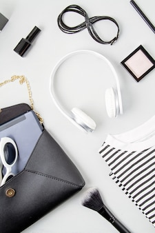 Weibliche modeaccessoires, sonnenbrille, notizblock, make-up und handtasche