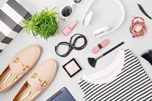 Weibliche modeaccessoires, sonnenbrillen, make-up und schuhe