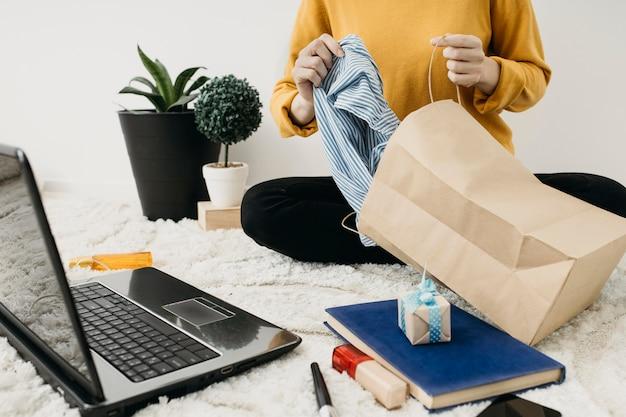 Weibliche modebloggerin, die zu hause strömt