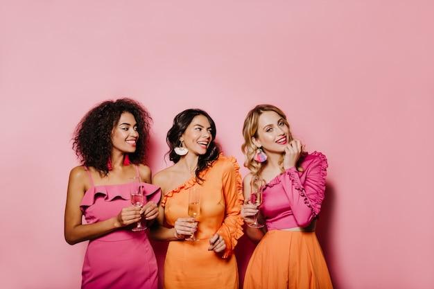 Weibliche modelle in hellen outfits, die feiertage feiern