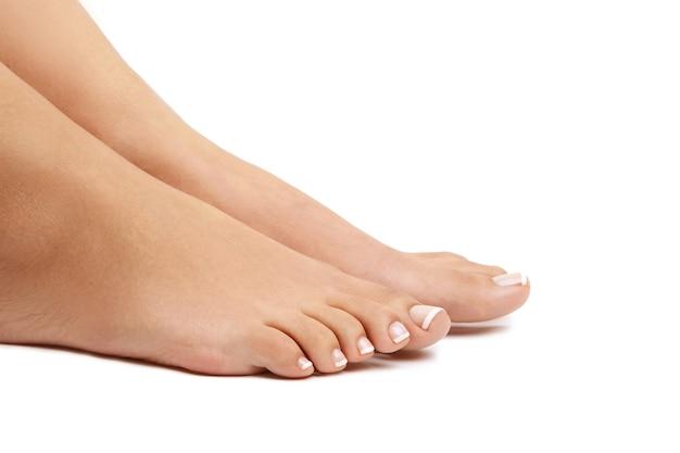 Weibliche nackte füße. pediküre-konzept