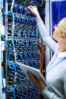 Weibliche netzwerktechnikerin