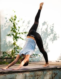 Weibliche praxis yoga-übung im freien