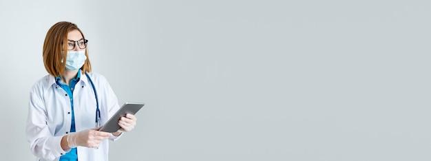 Weibliche professionelle ärztin arzt halten pad mit digitalen tablet remote-telemedizin-app online arbeiten gesundheitstechnologie telemedizin e-health-konzept nahaufnahme ansicht kopie raum banner