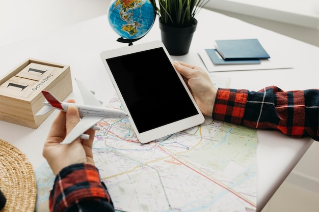 Weibliche reiseblogger, die zu hause streamen