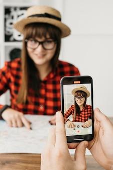 Weibliche reisebloggerin, die mit dem mobiltelefon streamen