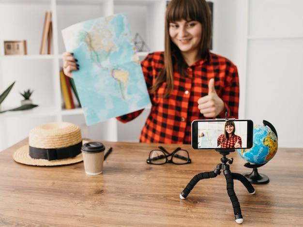 Weibliche reisebloggerin streaming mit smartphone