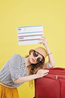Weibliche reisende, die tickets zeigt