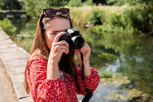 Weibliche reisende mit einer professionellen kamera für neue erinnerungen