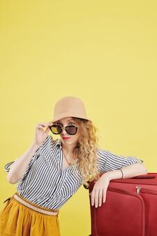 Weibliche reisende mit großem koffer
