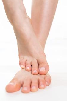Weibliche schöne füße, die übereinander liegen