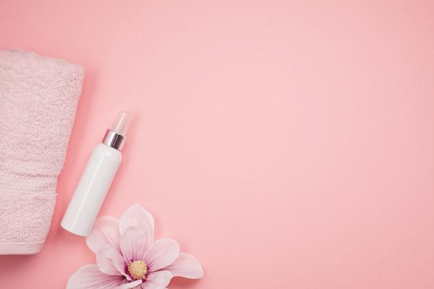Weibliche schönheits- und badekurortprodukte, -werkzeuge und -kosmetik über dem rosa hintergrund