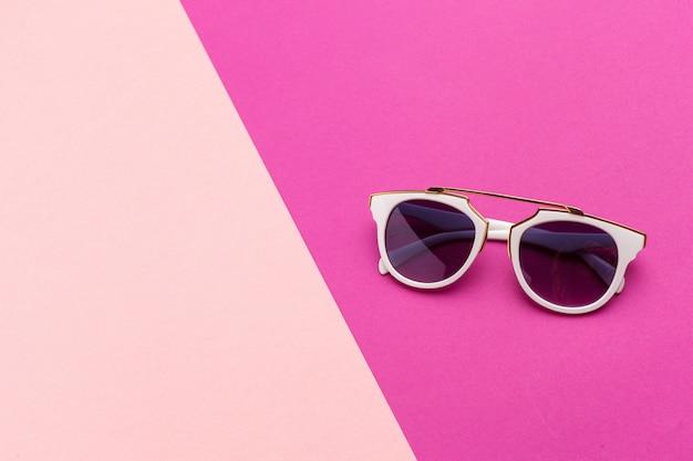 Weibliche sonnenbrille auf einem bunten vibrierenden hintergrund
