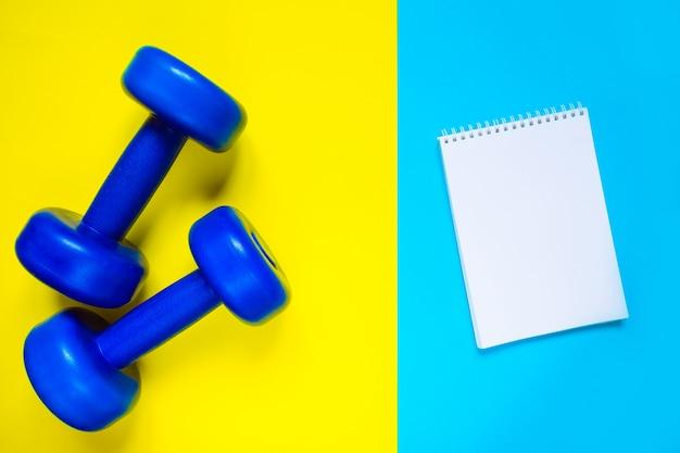 Weibliche sportschuhe und draufsicht der ausrüstung, kopienraum. aktiver lebensstil, körperpflegekonzept.