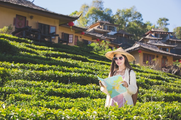 Weibliche touristen an hand haben eine glückliche reisekarte. Kostenlose Fotos