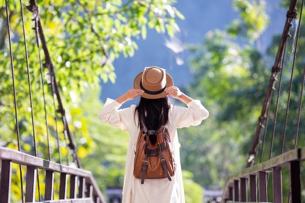 Weibliche touristen breiteten die arme aus und hielten ihre flügel